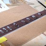 Die Inlays fürs Griffbrett werden aus Ahorn gefertigt, sieht vor dem Schleifen immer schlimm aus.