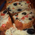 Cake chèvre, tomates confites, olives