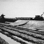 掘削土砂運搬作業中の機関車