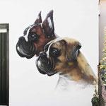 Hunde des Hauses auf der Fassade