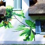Blattwerk und Natur auf Hausfassade