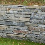 Natuersteinmauer mit versch. Gesteinsarten