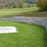 Natursteinmauer mit verschiedenen Gesteinsarten