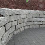 Blocksteinmauer aus Granit.