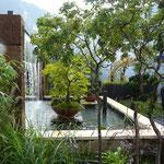 Formales Teichbecken mit Wasservorhang