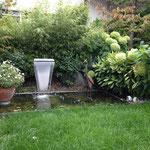 Wasserbecken mit Chromstahleinlauf