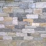Ausserordentlich schöne Natursteinmauer mit Veltliner Quarzit. Sorico am Comersee.