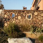 Massivholzwand aus Stammholz mit Gucklöchern