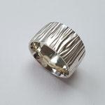 Ring aus 925er Silber mit Holzstruktur / 290,-€