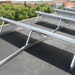 direkt auf der Dachhaut(also innerhalb der wasserführenden Schicht) montierte Unterkonstruktionen für die PV Module