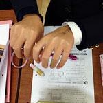 まずは、教科書通り右手を使って…。足りないから左手も??