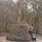 ヴィクトリアの滝の名付け親 リビングストン(イギリスの探検家)の銅像