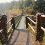 ザンビア側内の橋(雨季は水しぶきで通行が困難な時もあるとのこと)
