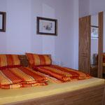 ... in das Schlafzimmer mit Doppelbett (1,90 x 2,00 m) ...