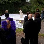 """Performance """"Himmelsstürmer III"""" von Edelgard Stryzewski-Dullien und Tina Lahl im Garten des Atelierhauses, Kunstpur, September 2010"""