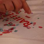 Die Neuen unter uns haben entdeckt, dass vermutlich mehrere Konfettis aus demselben Papier entstanden sind.