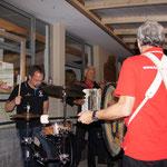 musikalisch Vollgas - der Schlagzeuger spinnt immer.....