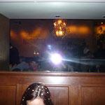 ein Hilfsfotograf nimmt Fotografen im Spiegel auf - man beachte die zwei strahlenden Sonnen im Spiegelbild!