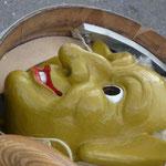 Masken findet man vor dem Umzugsbeginn beinahe überall