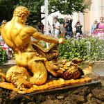"""Фонтан """"Оранжерейный"""". В бассейне на четырехлучевой туфовой основе установлена скульптура тритона, борющегося с морским чудовищем. Из пасти чудовища вырывается струя."""