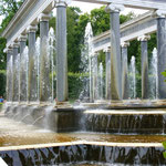 Львиный каскад: бассейн, окруженный монументальной колоннадой из четырнадцати 8-метровых гранитных колонн с беломраморными капителями, архитравом и базами. В промежутках между колоннами из 12 мраморных чаш бьют одноструйные фонтаны.