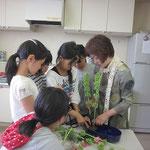 季節の花材を用いていける盛花(直立型)と花意匠(たてるかたち)の違いを知る。