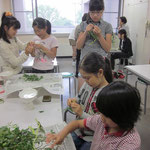 『それぞれの植物の特長を知る』が本日のテーマです! さて、みんなで集まって何をしているのでしょう?
