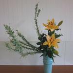 Yunaさんの作品です。堂々としていて存在感が感じられます。 花材/三角葉アカシア③ 透かし百合② 丸葉ルスカス③