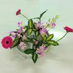「まわるかたち」はどこから見ても美しく見えるようにいける花型です。試しにKohaちゃんの作品を横から写してみました。どこから見てもきれいですね。