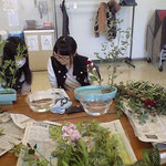 中学生は、久しぶりに盛花・直立型にいけるとのことで、テキストで花型を確認しています。