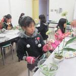 他のメンバーは、花材をよく見てじっくり取り組みました。