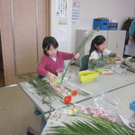 「たてるかたち」と「ひらくかたち」の復習。 上級者は初めて傾斜型(盛花)をお稽古しました。