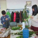 上のクラスの人は、草留めをせずに枝や串を利用して留めを作ります。