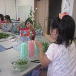 手作りの自分だけの花器が出来上がったらいよいよお花を挿していきます。ストローの色とコーディネートしています。ちゃんと考えているのがよく分かります。