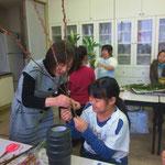 Kaoriさんは、上のクラスに進んでいますので基本の花瓶を使って傾斜型を学びました。