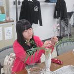正面性の花材/アレカヤシ② ガーベラ③ スーパーハッピーピンク(デルフィニウム)