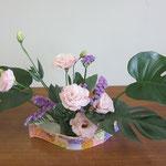 Kazuhaさんの作品です。花器の色と花の色がよくマッチしています。