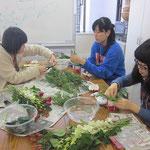 2013.12.14 「楽しいクリスマスのフラワー・アレンジメント」  我らが『花の中3トリオ?!』 慣れた手つきでヒバをさばき始めました。
