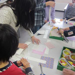色とりどりの折り紙、千代紙、和紙などをたくさん用意しました。