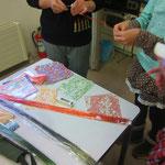 作品をいけ終えた後は、千代紙と水引を使用して、どうしましょう?