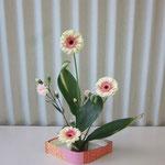 Syoさんの作品です。 お花の色と花器の色がとてもよくマッチしています。