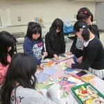 いけ終わった後は、花器への飾りつけのため色紙・千代紙・和紙などを選びます。