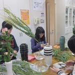 それぞれの学んでいる課程に応じて、花器をかえています。