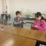 ワイヤーを利用してそれぞれ思い思いの形を作り上げます。