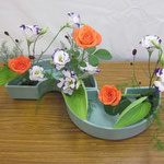 Amiさんの作品 バラの足元にギボウシをそえてみました。