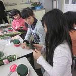 赤ドラセナと青ドラセナの葉を折り曲げて・・・! さて、何を作っているのでしょう?