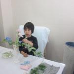 テーマは「暮らしのなかで花と語り合う」 しっかりと花材と向き合い語り合うことができるでしょうか。 花材/ゴツドセフィアナ② ガーベラ③ デルフィニウム