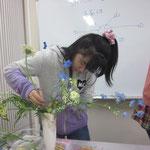 慎重に花を挿す。うまく留まるかな?