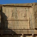 Felsrelief über dem Grab von Artaxerxes II.