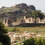 Burgberg von Tlos - Im Vordergrund Reste von Therme und Tempel